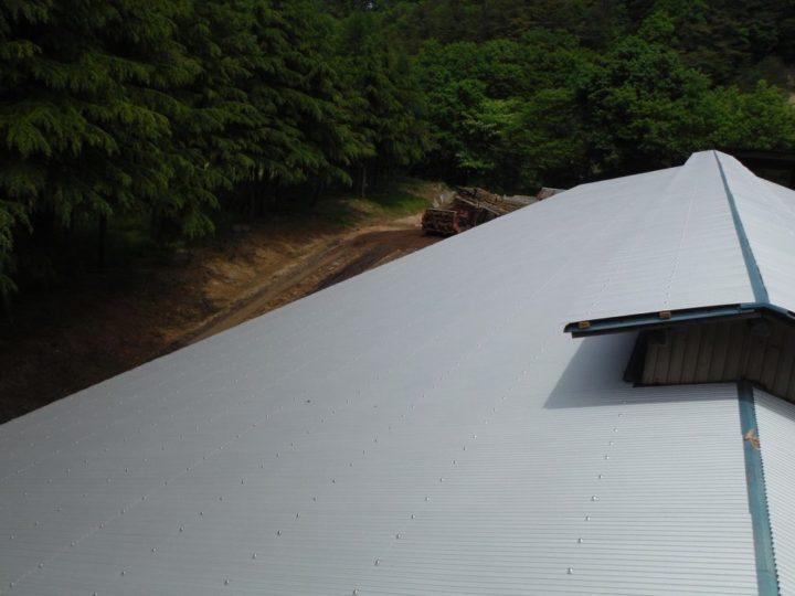 牛舎 屋根 重ね葺き 完了