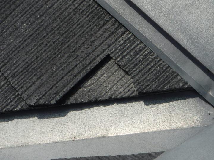 屋根塗装の施工前(スレート瓦割れ)