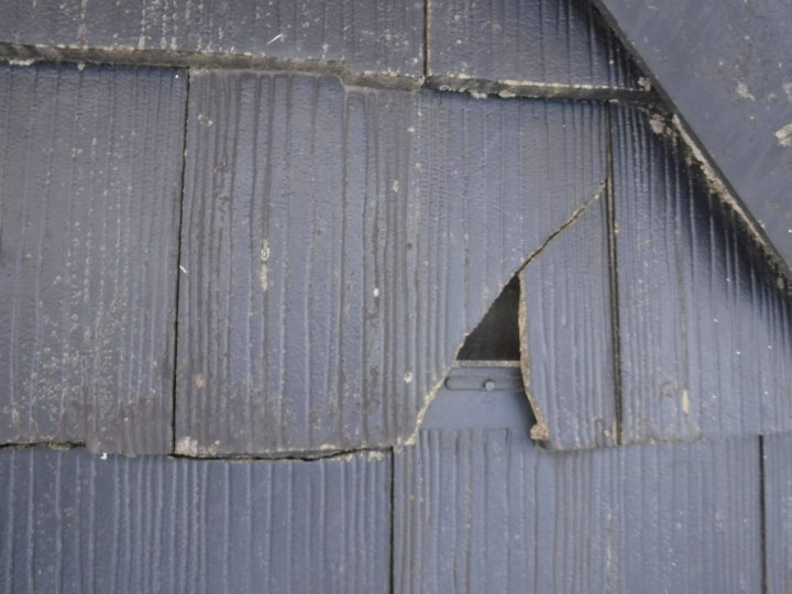 屋根塗装の施工前(瓦割れ)
