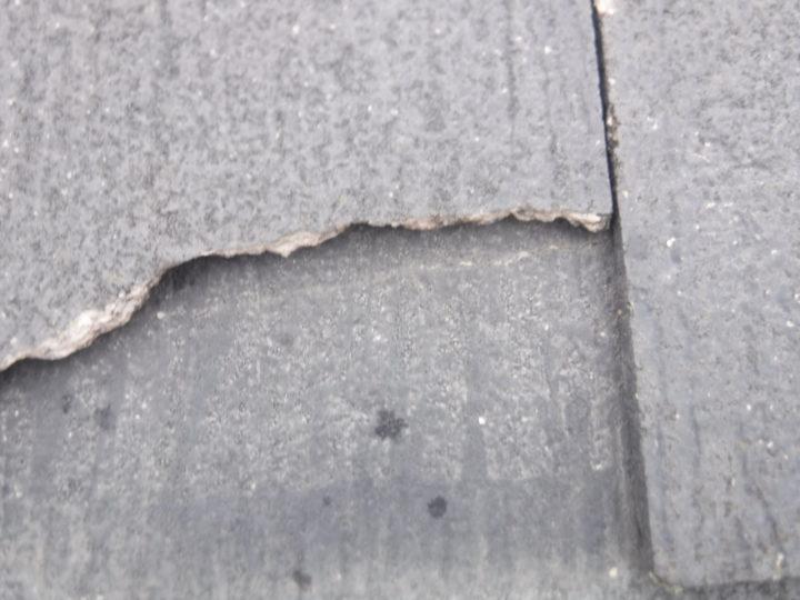 屋根重ね葺きの施工前(コロニアルの欠け)