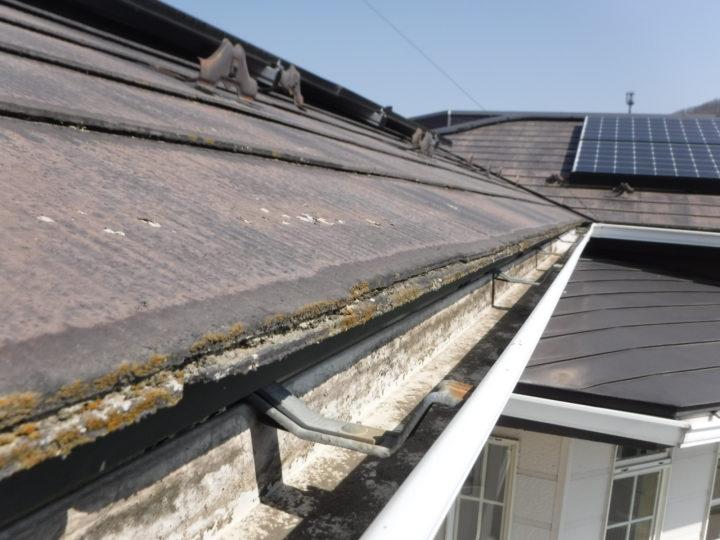屋根塗装の施工前(浮きと割れ)