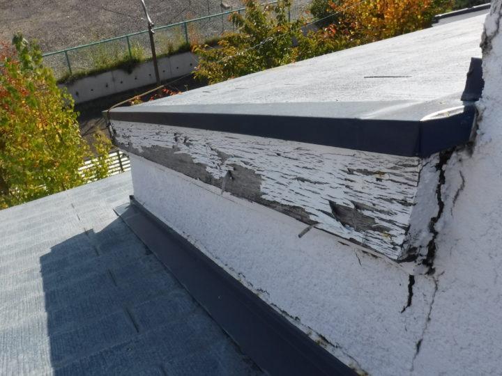 屋根塗装の施工前(トップライト部分の塗装剥がれ)