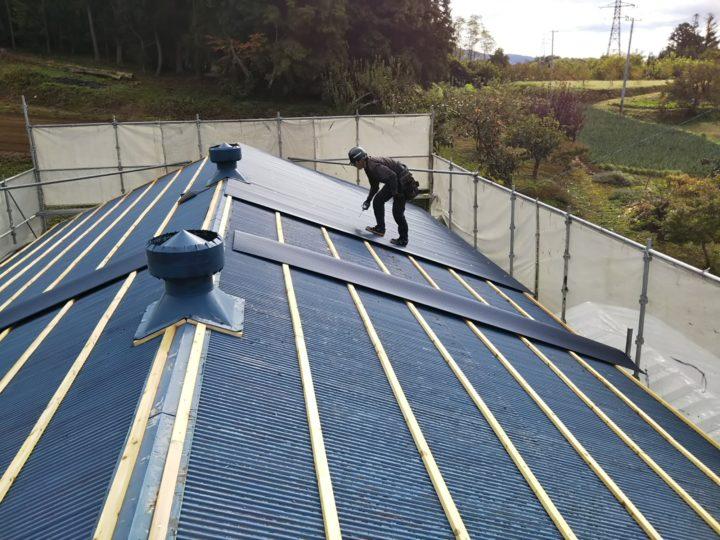 屋根重ね葺きの鋼板張り