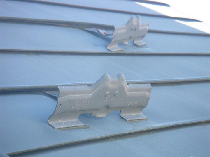 屋根塗装の施工前(雪止めはずれ)