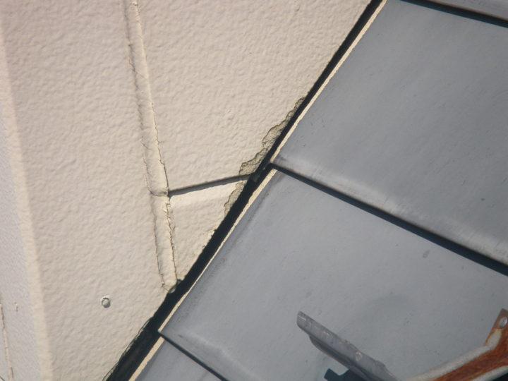屋根塗装の施工前(サイディングと屋根境からの染み)